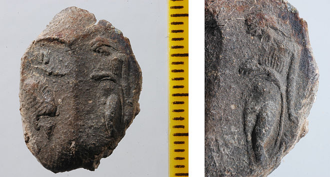 Nález čítá soubor dvaceti hliněných pečetí nesoucích otisky gem, jejichž výjevy reflektují figurální typy klasického řeckého sochařství